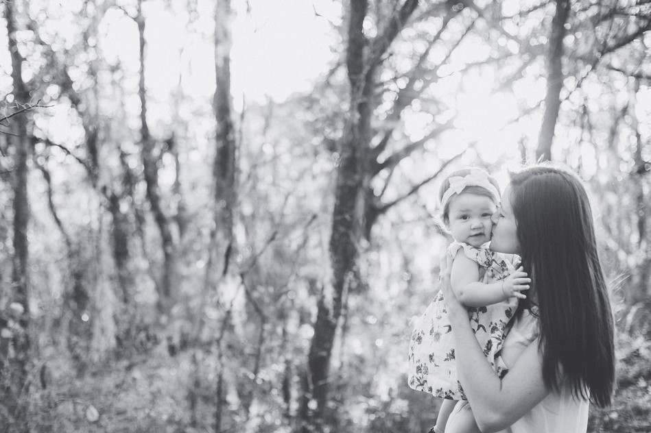 Mom holding her llittle girl in black and white   Family Session by Bára Miller Photography